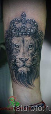 тату лев с короной – фото для статьи про значение татуировки  – tatufoto.ru – 19