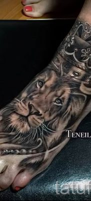 тату лев с короной – фото для статьи про значение татуировки  – tatufoto.ru – 23