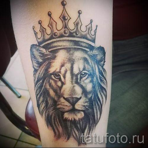 тату лев с короной - фото для статьи про значение татуировки - tatufoto.ru - 35