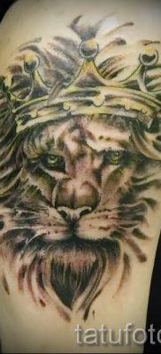 тату лев с короной – фото для статьи про значение татуировки  – tatufoto.ru – 44