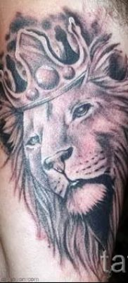 тату лев с короной – фото для статьи про значение татуировки  – tatufoto.ru – 47