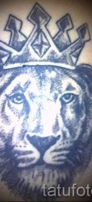 тату лев с короной – фото для статьи про значение татуировки  – tatufoto.ru – 51