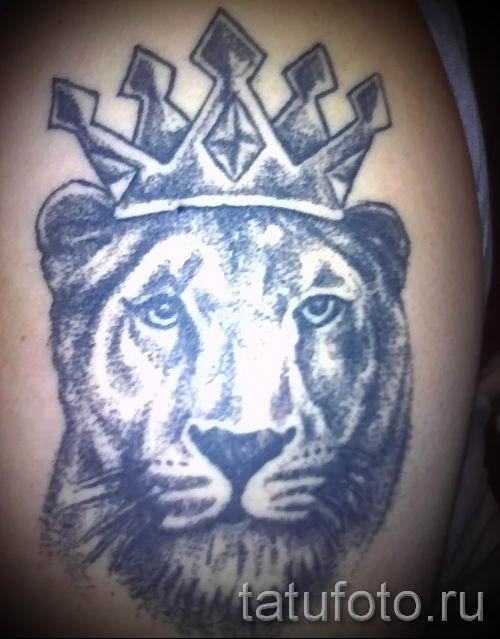 тату лев с короной - фото для статьи про значение татуировки - tatufoto.ru - 51