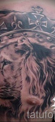 тату лев с короной – фото для статьи про значение татуировки  – tatufoto.ru – 58