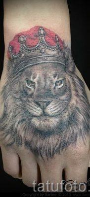 тату лев с короной – фото для статьи про значение татуировки  – tatufoto.ru – 70