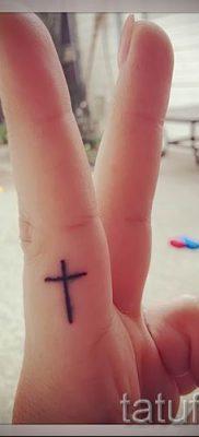 Фото интересной готовой тату на пальце с крестом для подбора и отрисовывания своего эскиза – идея