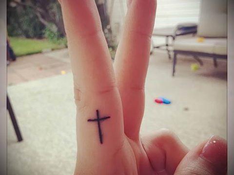Фото интересной готовой тату на пальце с крестом для подбора и отрисовывания своего эскиза - идея