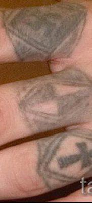 Фотография заслуживающей внимания уже нанесенной на тело татуировки на пальце с крестом для подбора и отрисовывания своего эскиза – вариант
