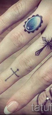 Фото классной уже нанесенной на тело тату на пальце с крестом для выбора и отрисовывания своего эскиза – вариант