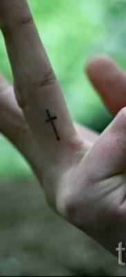 Фото крутой готовой тату на пальце с крестом для подбора и отрисовывания своего рисунка – идея