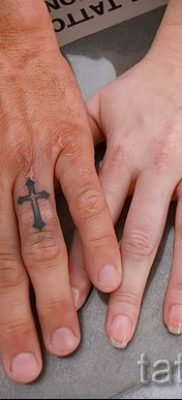Фотография достойной уже нанесенной на тело татуировки на пальце с крестом для подбора и создания своего эскиза – идея