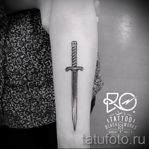 фото пример тату меч - картинка для статьи про значение татуировки 47