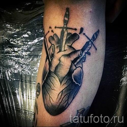 фото пример тату меч - картинка для статьи про значение татуировки 52