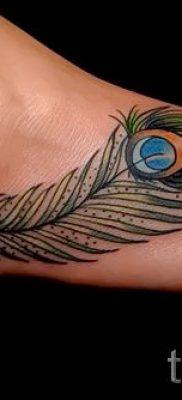 Вариант крутой татуировки перо павлина эскиз которой подойдет для туловища или руки – значение тату материал