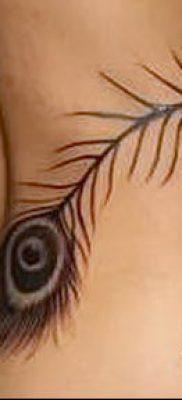 Вариант классной тату перо павлина рисунок которой подойдет для голени или шеи – значение тату материал