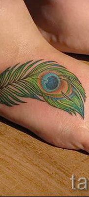 Вариант классной тату перо павлина рисунок которой подойдет для бедра или лопатки – значение тату материал