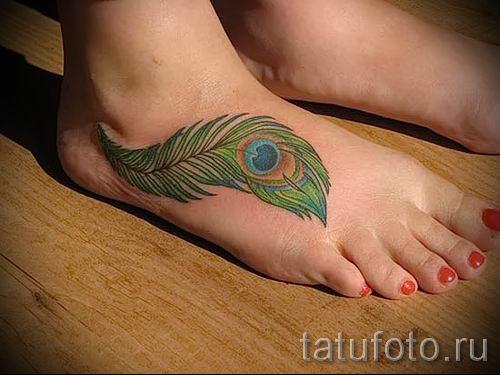 Вариант классной тату перо павлина рисунок которой подойдет для бедра или лопатки - значение тату материал