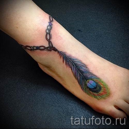 фото пример варианта тату с пером павлина - для статьи про значение это татуировки 1