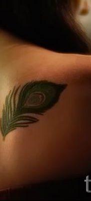 фото пример варианта тату с пером павлина – для статьи про значение это татуировки 14