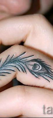 фото пример варианта тату с пером павлина – для статьи про значение это татуировки 16