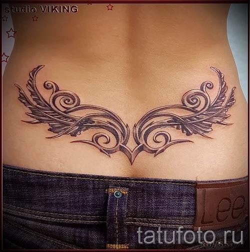 Мулатка с татуировкой на пояснице