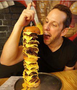 Бесплатная еда за тату с гамбургером - фото