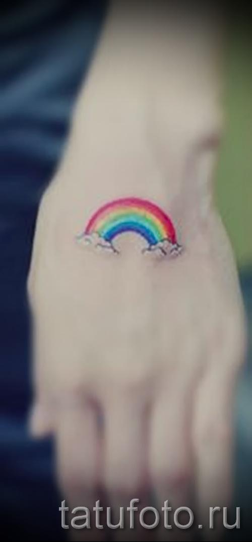 Оригинальный вариант наколки радуга на фотографии – для статьи про толкование рисунка радуги в тату