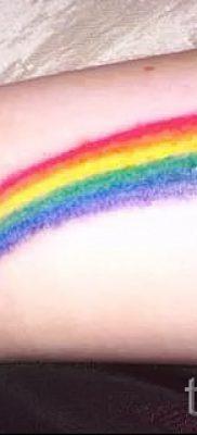 Необычный вариант тату радуга на фотографии – для статьи про значение рисунка радуги в тату