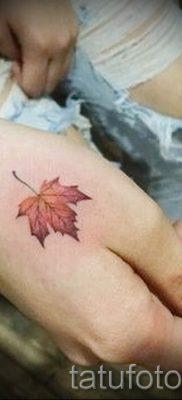Вариант прикольного рисунка в уже нанесенной татуировке с кленом для записи про значение клена в татуировке