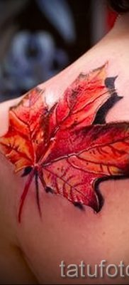 Пример оригинального рисунка в уже нанесенной татуировке клен для записи про значение клена в нательной живописи