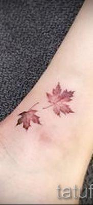 Пример необычного рисунка в готовой татуировке с кленом для статьи про историю клена в нательной живописи