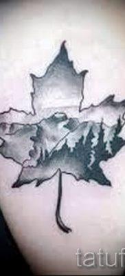 Пример необычного рисунка в готовой татуировке клен для материала про историю клена в нательной живописи