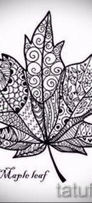 Идея необычного рисунка в готовой татуировке с кленом для материала про значение клена в тату