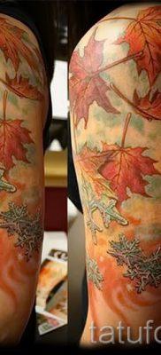 Пример оригинального рисунка в уже нанесенной татуировке клен для материала про значение клена в тату