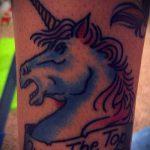 Уникальный вариант готовой татуировки единорог – рисунок подойдет для тату единорога на спине