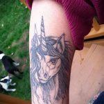 Классный вариант готовой татуировки единорог – рисунок подойдет для тату единорог на икре