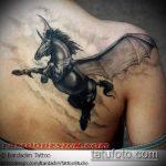 Прикольный пример нанесенной татуировки единорог – рисунок подойдет для тату единорога за ухом