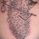 Прикольный пример существующей тату ежик – рисунок подойдет для тату ежик на запястье