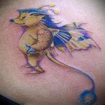 Прикольный пример нанесенной татуировки ежик – рисунок подойдет для тату ежик и цветы