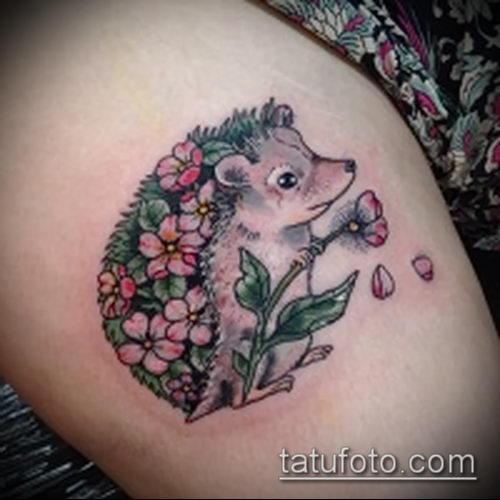 Крутой пример нанесенной татуировки ежик – рисунок подойдет для тату ежик на руке