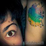 Оригинальный пример нанесенной наколки ежик – рисунок подойдет для тату ежик в тумане на руке