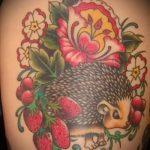 Интересный пример выполненной наколки ежик – рисунок подойдет для тату ежик и цветы