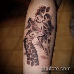 Крутой пример выполненной наколки жираф – рисунок подойдет для тату жираф на ноге