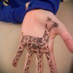 Крутой пример существующей тату жираф – рисунок подойдет для тату жираф геометрия