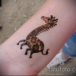 Крутой вариант существующей наколки жираф – рисунок подойдет для тату жираф в очках