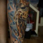 Крутой пример готовой татуировки жираф – рисунок подойдет для тату жираф акварель