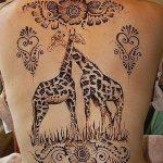 Зачетный пример нанесенной тату жираф – рисунок подойдет для тату жираф на спине
