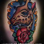 Крутой пример существующей татуировки жираф – рисунок подойдет для тату жираф на ноге