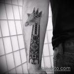 Крутой пример выполненной наколки жираф – рисунок подойдет для тату жираф на спине