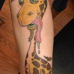 Прикольный пример выполненной татуировки жираф – рисунок подойдет для тату жираф ёжик жираф